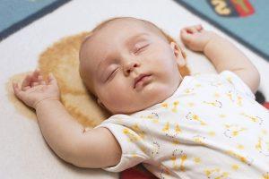 bayi-tidur-sambil-mengangkat-tangan